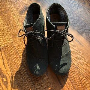 TOMS ➰ black wedge heel booties